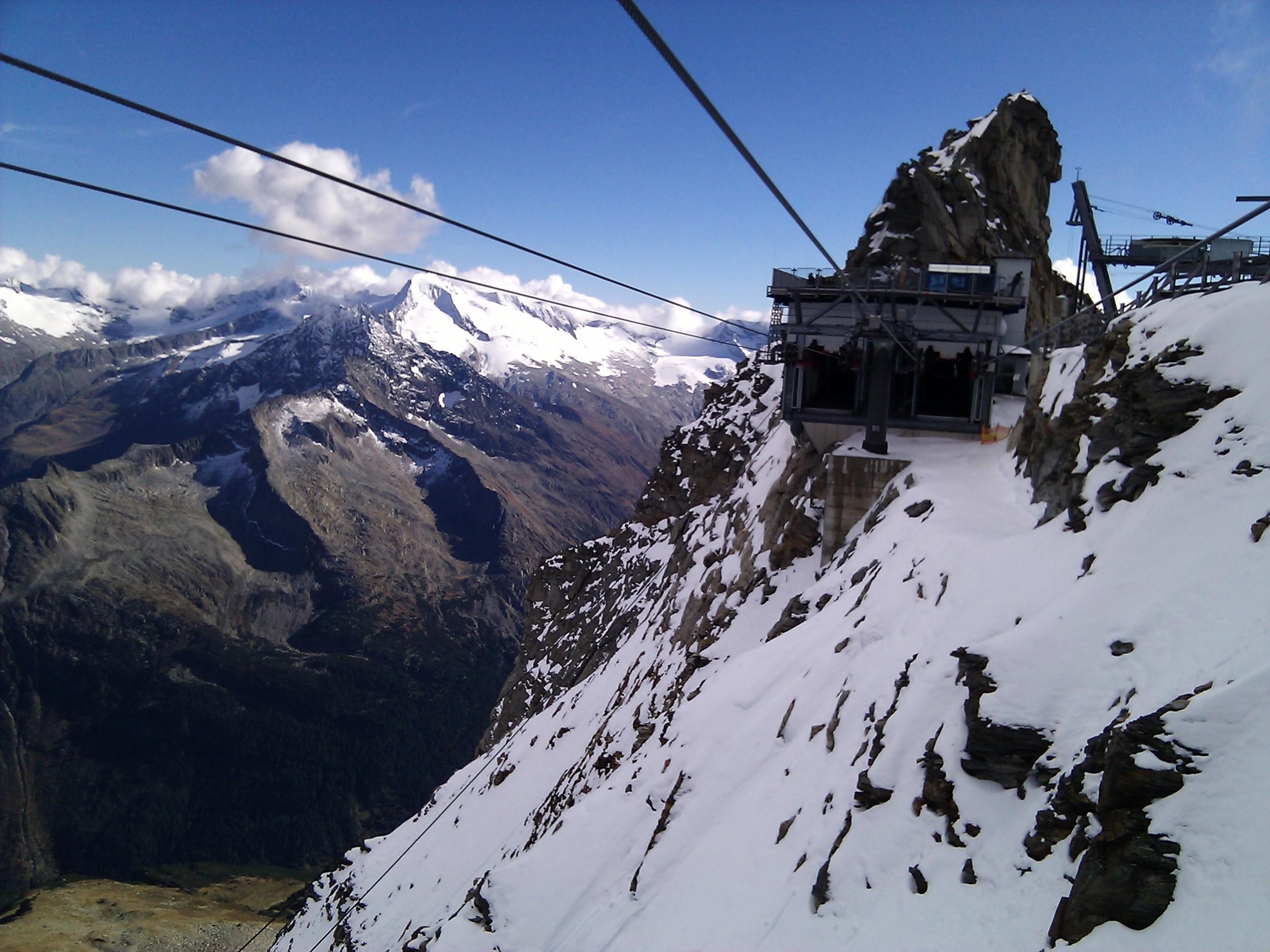 Einfahrt in die Gipfelstation des hintertuxer Gletscherbus 3, an der Gefrohrenen Wand.