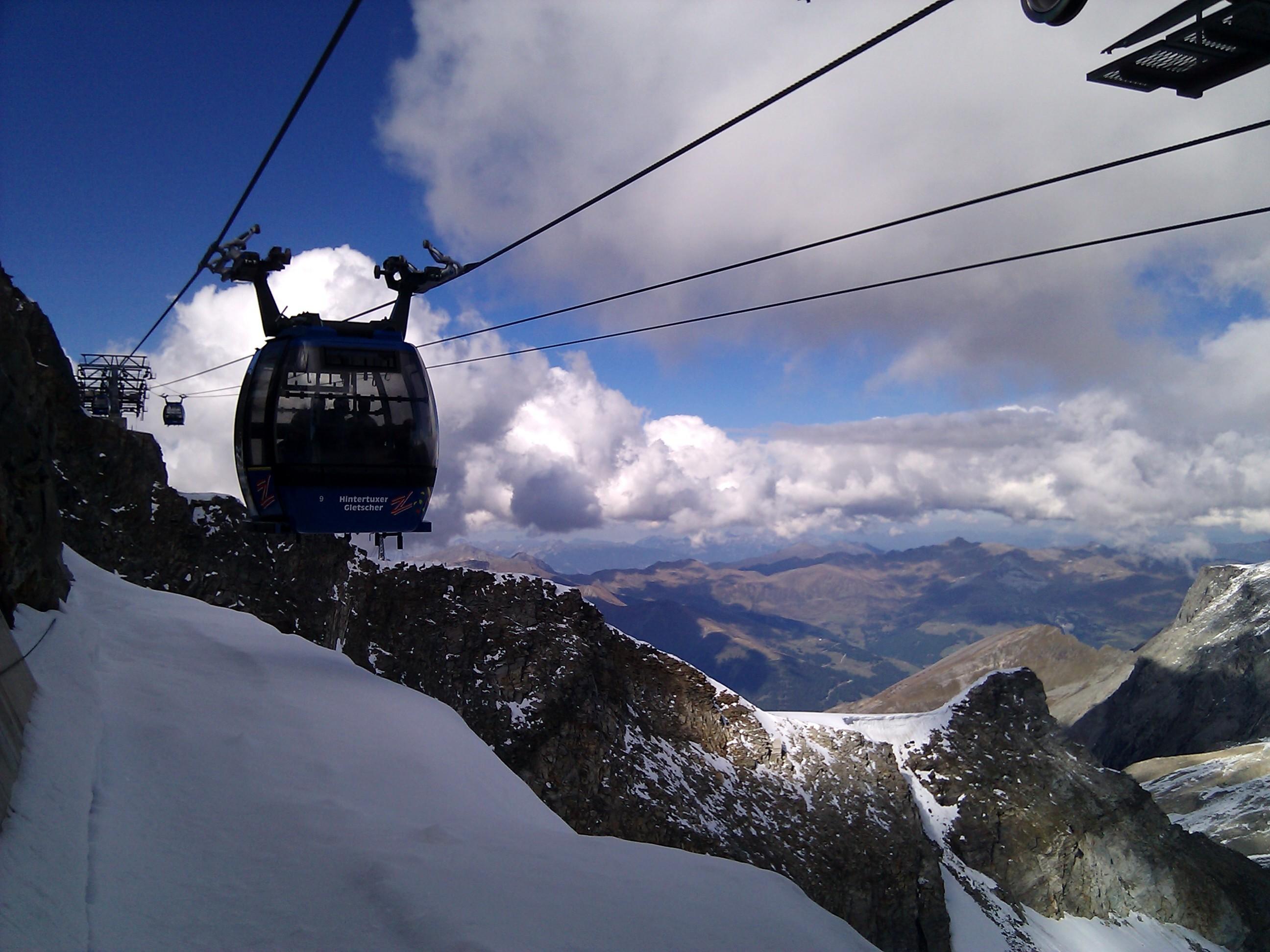 Blick auf das oberste Stück des hintertuxer Gletscherbus 3, direkt von der Gipfelstation.