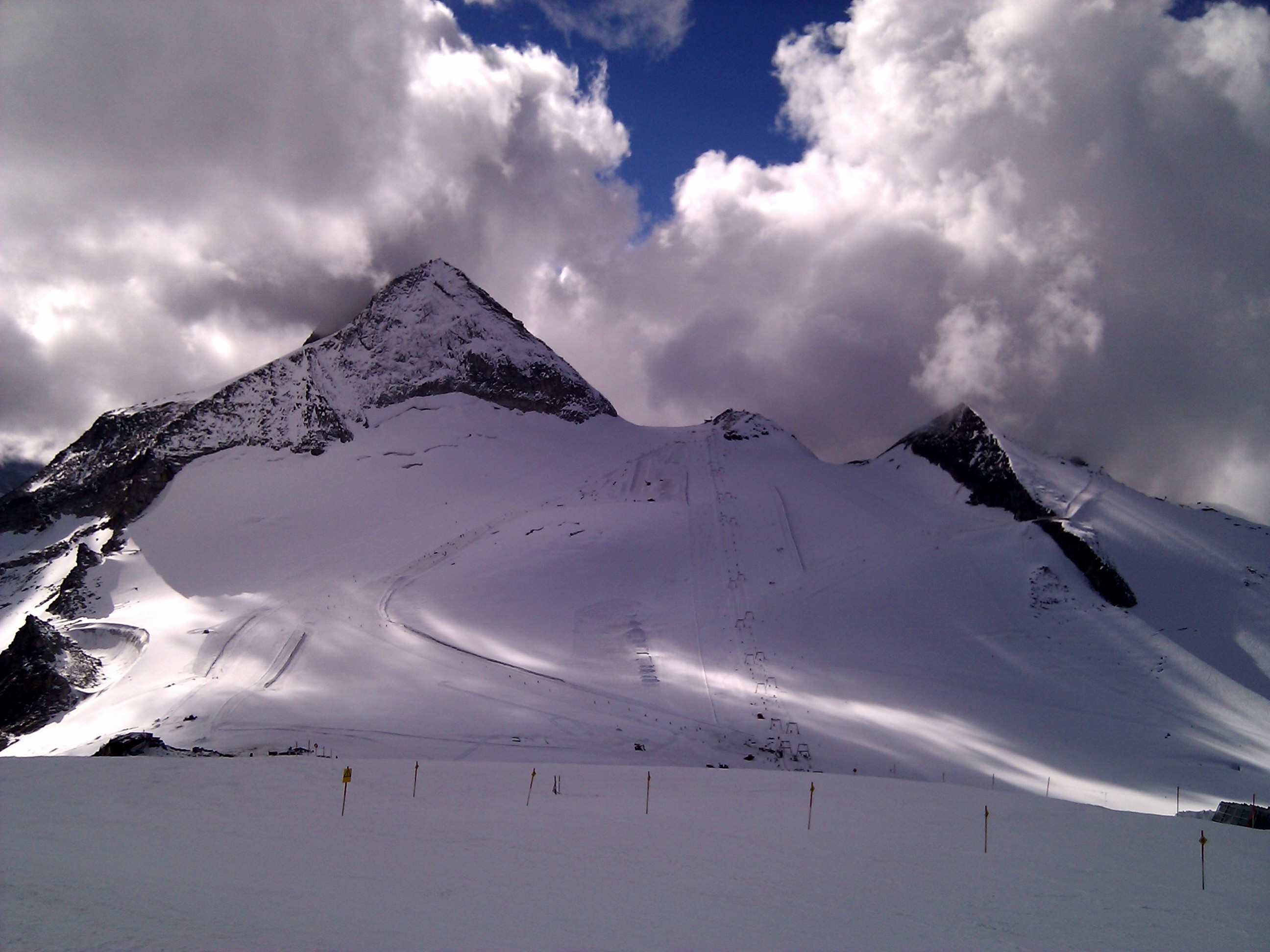 Der Snow-Park am Tuxer Gletscher erstrahlt im alten Glanz. Hier aus der Ferne zu sehen, im Hintergrund der Olperer.