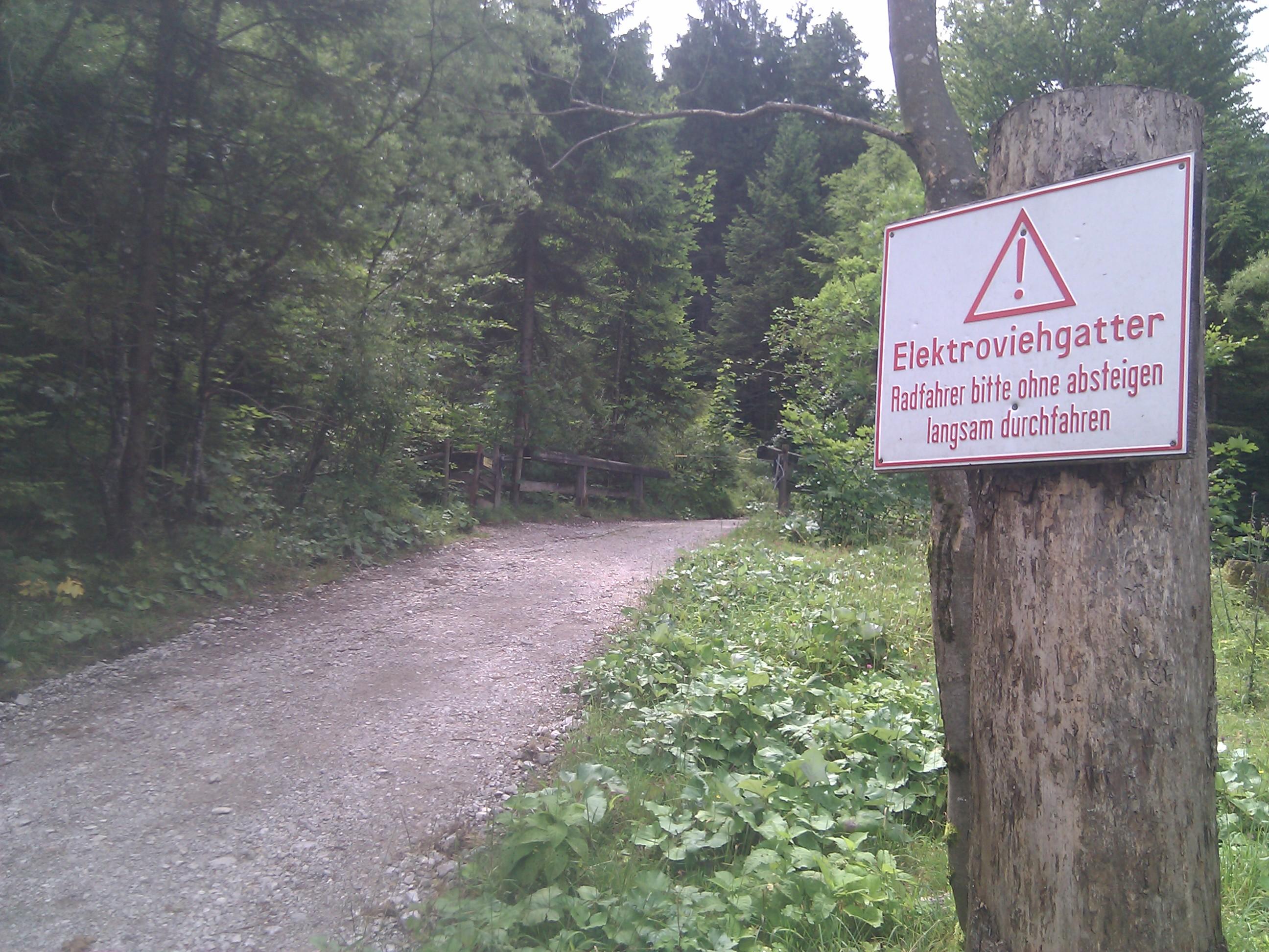 Elektroviegatter - Radfahrer bitte ohne absteigen langsam durchfahren!